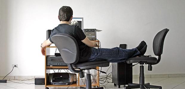 Lucrați mult la monitor? Nu exagerați! Vedeți mai jos la ce riscuri vă expuneți
