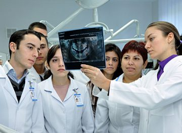 Îndemnizații mai mari pentru tinerii lucrători medicali care vor merge la sat