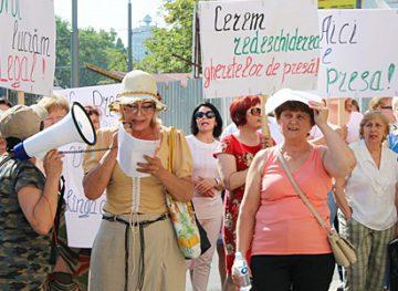 Недовольные тем, что остались без работы, сотрудники «Moldpresa Grup» вышли на улицу