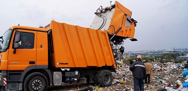 Рабочего сбила мусороуборочная машина
