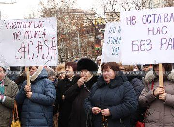 """Angajații de la """"Moldpresa"""" continuă protestele"""