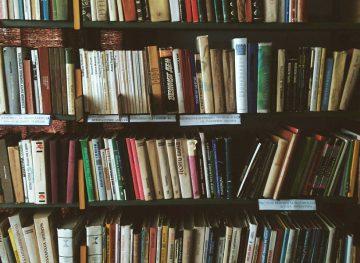 Bibliotecarii, oameni care muncesc pe bani puţini, dar cu dăruire