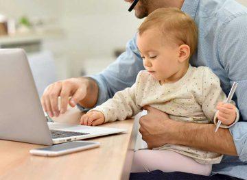 Вышедшие на работу родители с маленькими детьми смогут получать и пособие, и зарплату