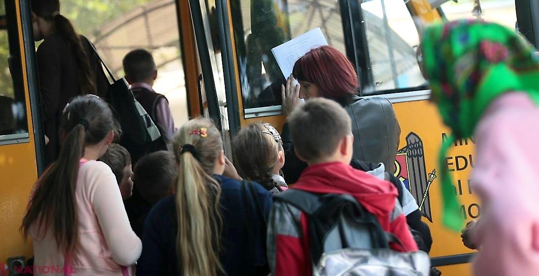 Șoferii care transportă elevi cer salarii mai mari, fiindcă au o responsabilitate enormă