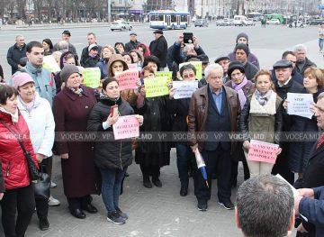 Sute de cercetători de la Academie au ieșit să protesteze în stradă