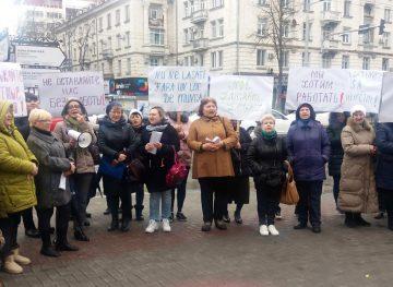 """Salariații din cadrul SRL """"Moldpresa Grup"""" au ieșit la protest"""