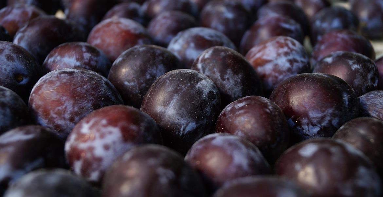 Sfaturi naturiste. Beneficiile prunelor pentru sănătatea noastră