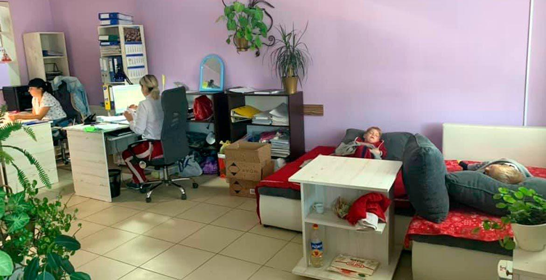 Сложности тех, кому не с кем оставить детей и сидеть дома нет возможности