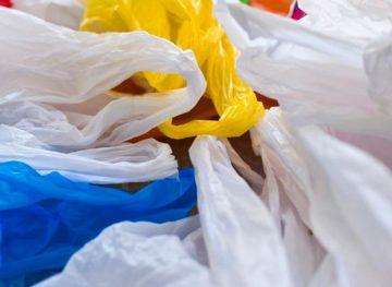 С 1 января продажа одноразовой пластиковой посуды запрещена