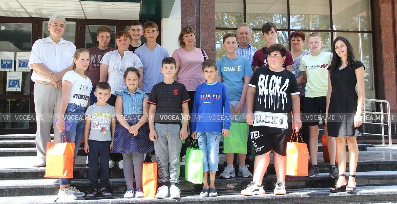 Un grup de copii a primit cadouri la Casa Sindicatelor